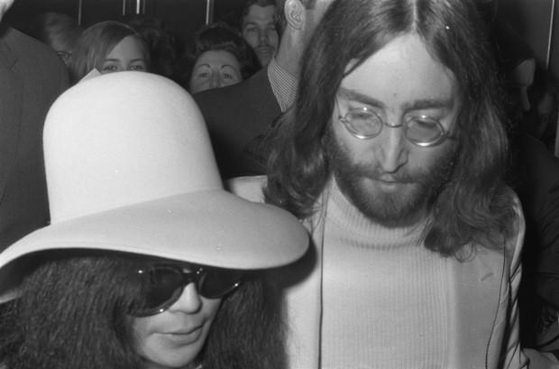 John_Lennon_&_Yoko_Ono_leave_Amsterdam_2