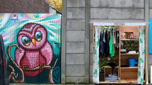 Un armario público y colaborativo, abierto a todos |  Capeando la crisis