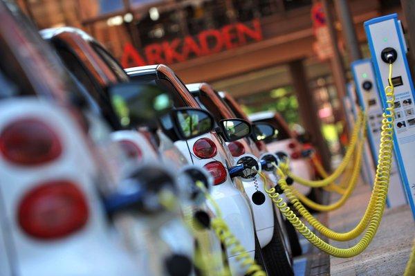 Alemania se propone alcanzar la cifra de 1 millón de coches eléctricos en 2020. Germany.info (ver noticia)