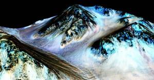 Marcas negras que representarían presuntas corrientes de salmuera líquida en Marte. La imagen es un modelo digital con falso color, creado a partir de las fotografías de la sonda MRO. Imagen de NASA/JPL/University of Arizona.