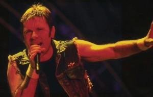 Bruce Dickinson en 2003. Imagen de Wikipedia.
