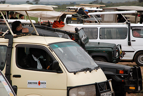 Vehículos apiñados junto al río Mara en la reserva de Masai Mara (Kenya). Imagen de Javier Yanes.