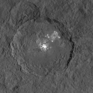 Manchas brillantes en el cráter de Occator en Ceres, fotografiadas por la sonda 'Dawn'. Imagen de NASA/JPL-Caltech/UCLA/MPS/DLR/IDA.