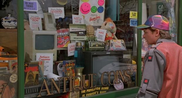 Marty McFly descubre que un ordenador de su tiempo es una reliquia en 2015, en 'Regreso al futuro parte II'. Imagen de Universal Pictures.