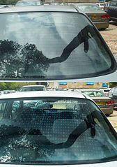 La luna trasera de un coche, vista (abajo) con un filtro polarizador. Imagen de Etan J. Tal /Wikipedia.