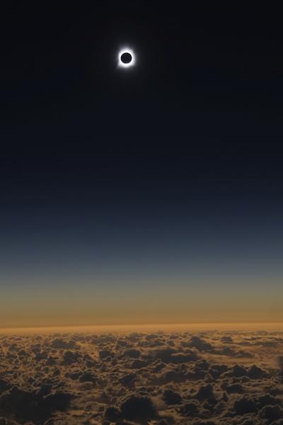 El eclipse total de sol desde el vuelo 870 de Alaska Airlines. Imagen de Alaska Airlines.