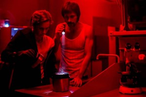Amelia y Pacino, con las muestras del virus. Imagen de TVE/Tamara Arranz.