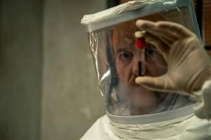 El doctor Vargas observa una muestra de sangre de un paciente. Imagen de TVE/Tamara Arranz.
