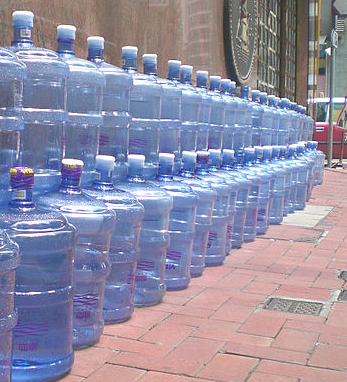 Garrafas de agua. Imagen de Wikipedia.