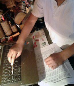 Toma de muestra de la tecla A de un ordenador. Imagen de J. Y.