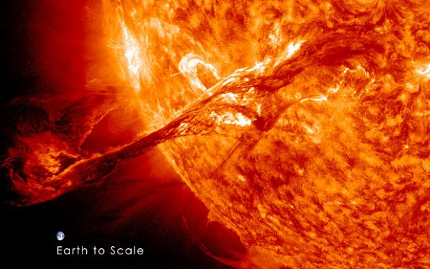 Eyección de masa coronal, un tipo de erupción solar, captada el 31 de agosto de 2012 por el telescopio espacial de la NASA Solar Dynamics Observatory (SDO). La imagen de la Tierra a escala revela las proporciones. Cuando el Sol era joven, estas erupciones eran aún mucho mayores y más frecuentes que ahora. Imagen de NASA/GSFC/SDO.