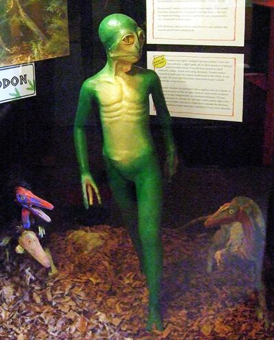 Recreación de un dinosauroide en el Museo de los Dinosaurios de Dorchester (Reino Unido). Imagen de Wikipedia.