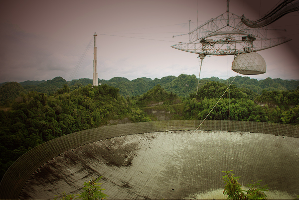Vista parcial del radiotelescopio de Arecibo (Puerto Rico). Imagen de Javier Yanes.