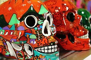 Cráneos de cerámica decorada del Día de Muertos en México. Imagen de Wikipedia.