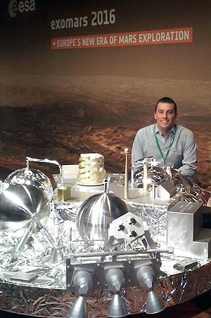 Ignacio Arruego, ingeniero del INTA, junto a un modelo de Schiaparelli. Imagen de I. A.