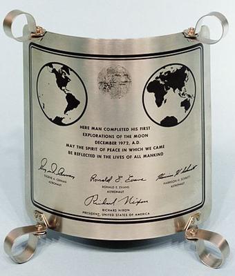 Placa de acero que los tripulantes del Apolo 17 dejaron en la Luna en 1972. Imagen de NASA.