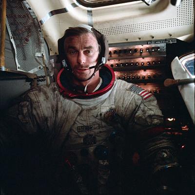 El astronauta Gene Cernan, en el módulo lunar durante la misión Apolo 17 en 1972. Imagen de NASA.