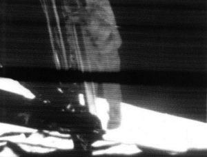 Imagen televisada de Neil Armstrong pisando la Luna por primera vez el 20 de julio de 1969. Imagen de NASA.