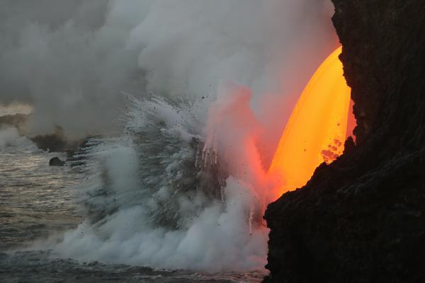 La lava del Kilauea cayendo al océano. Imagen de USGS.
