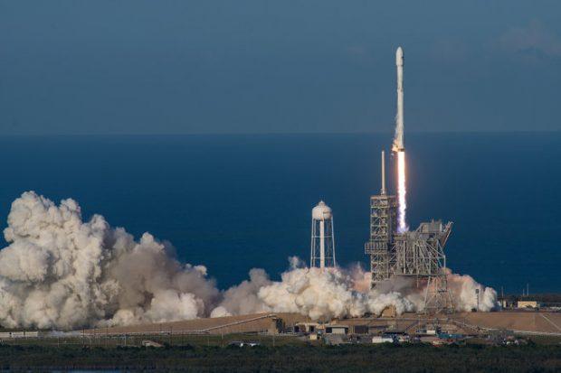 Un cohete Falcon 9 de SpaceX con la primera fase reciclada despega del Centro Espacial Kennedy el 30 de marzo de 2017. Imagen de SpaceX.
