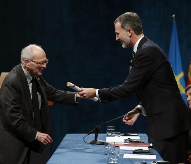 El físico Rainer Weiss recibe el premio Princesa de Asturias 2017 de Investigación Científica y Técnica de manos del rey Felipe. Imagen de EFE/Chema Moya.