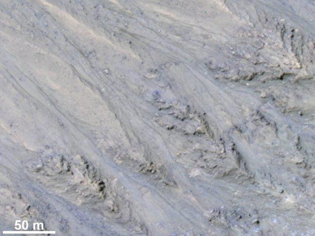 RSL en el cráter Tivat de Marte. Imagen de NASA/JPL/University of Arizona/USGS.