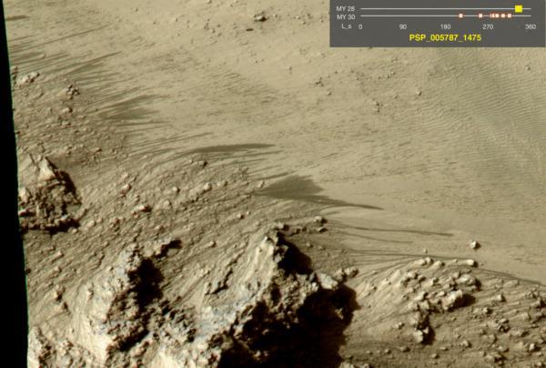 RSL (marcas oscuras) en el cráter Horowitz de Marte. Imagen de NASA/JPL/University of Arizona.