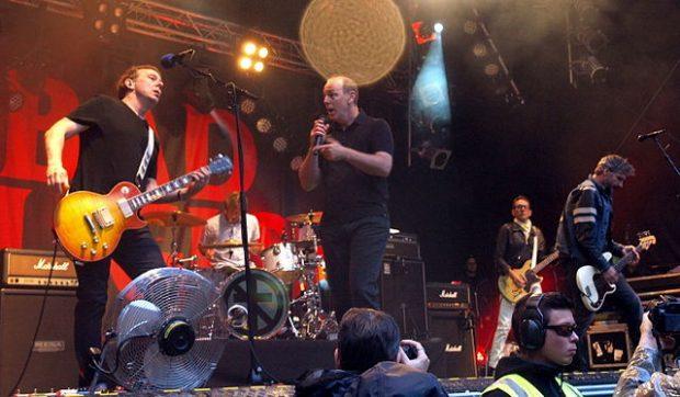 El líder de Bad Religion, Greg Graffin (en el centro), es doctor en biología evolutiva. Imagen de Wikipedia / Cecil.