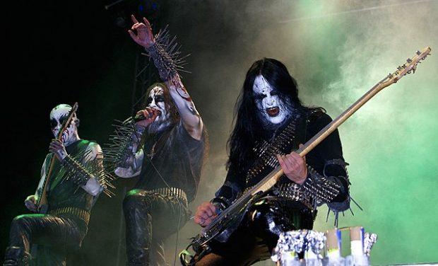 El grupo de Black Metal Gorgoroth, cuyo exlíder Gaahl (en el centro) fue encarcelado dos veces por agresión y ha alentado a la quema de iglesias. Imagen de Wikipedia / Alina Sofia.