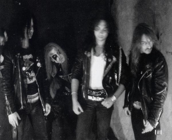 El sueco Per Ohlin, conocido como Dead, cantante del grupo de black metal noruego Mayhem (segundo por la izquierda), quería estar muerto; enterraba su ropa antes de actuar para asemejarse más a un cadáver. Se suicidó en 1991. Imagen de Wikipedia / Mayhem.