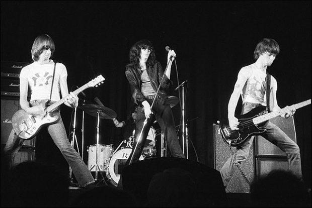Johnny Ramone (a la izquierda), tocando con los Ramones en 1976. Imagen de Wikipedia / Plismo.