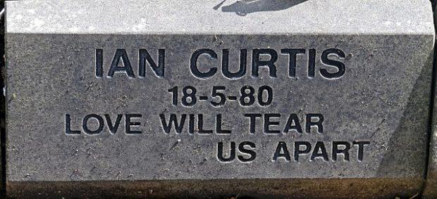 Tumba de Ian Curtis en el cementerio de Macclesfield, Cheshire. Imagen de Wikipedia / Daniel Case.