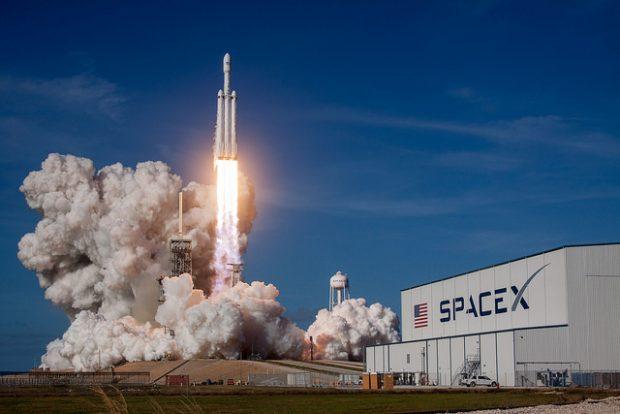 Lanzamiento del cohete Falcon Heavy de SpaceX el 6 de febrero de 2018 desde el Centro Espacial Kennedy. Imagen de SpaceX.