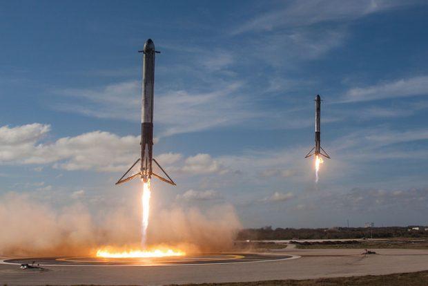 Aterrizaje de los propulsores laterales del cohete Falcon Heavy de SpaceX el 6 de febrero de 2018 en el Centro Espacial Kennedy. Imagen de SpaceX.