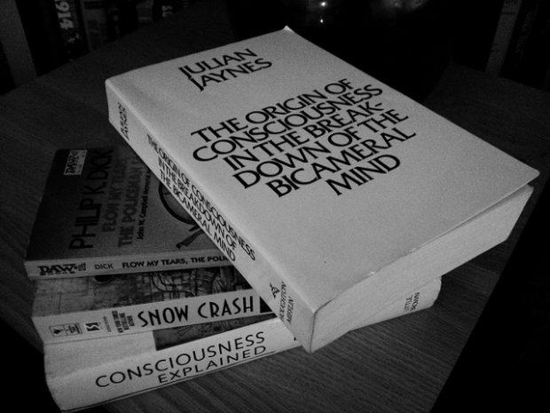El libro de Jaynes y algunas obras influidas por él. Imagen de Steve Rainwater / Flickr / CC.