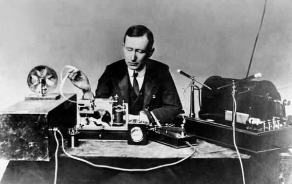 Guglielmo Marconi con sus equipos en 1901. Imagen de Wikipedia.