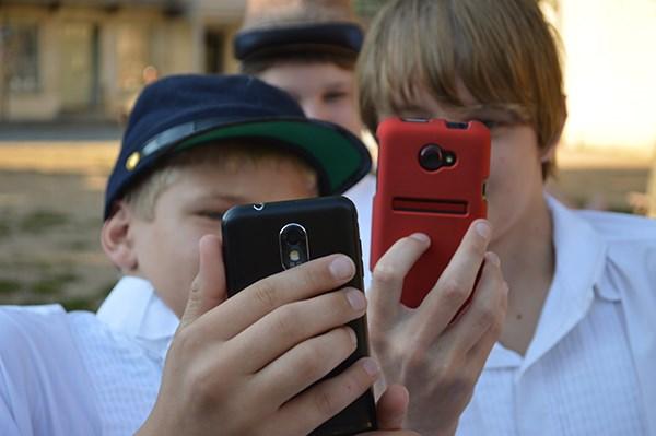 Niños con teléfonos móviles. Imagen de National Park Service.