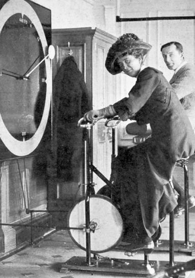 Lawrence Beesley y otra pasajera en el gimnasio del 'Titanic'. Imagen de Central News And Illustrations Bureau / Wikipedia.