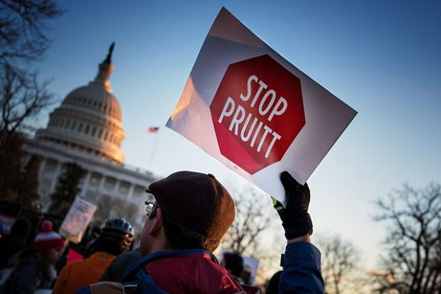 Un manifestante contrario a Pruitt. Imagen de Lorie Shaull / Wikipedia.