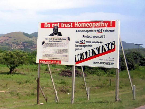 Un curioso cartel contra la homeopatía en la isla de Antigua. Imagen de David Stanley / Flickr / CC.
