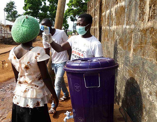 Un chequeo de fiebre para el control del ébola en Sierra Leona en 2014. Imagen de Wikipedia / JuliaBroska.