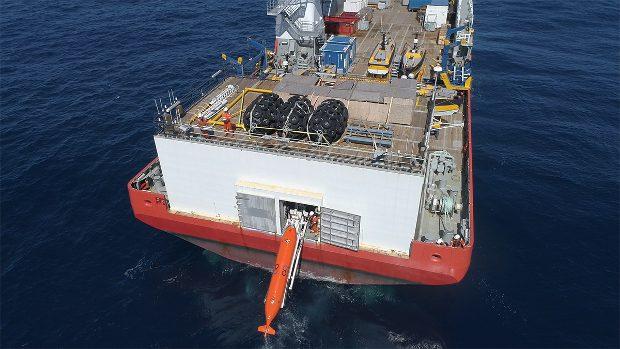 El buque Seabed Constructor de Ocean Infinity, con uno de sus submarinos autónomos. Imagen de Ocean Infinity.