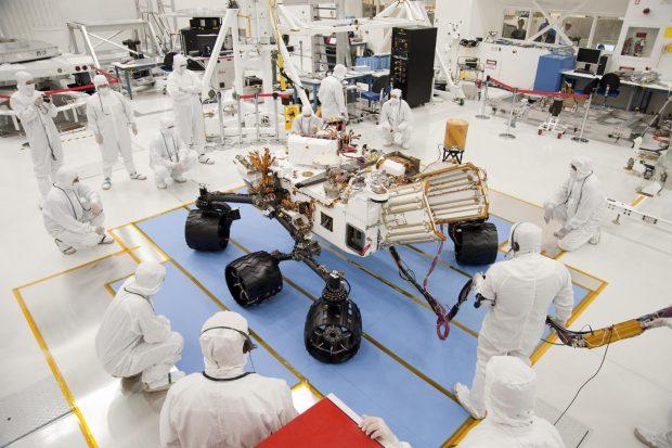 El rover marciano Curiosity en la sala blanca. Imagen de NASA / JPL-Caltech.