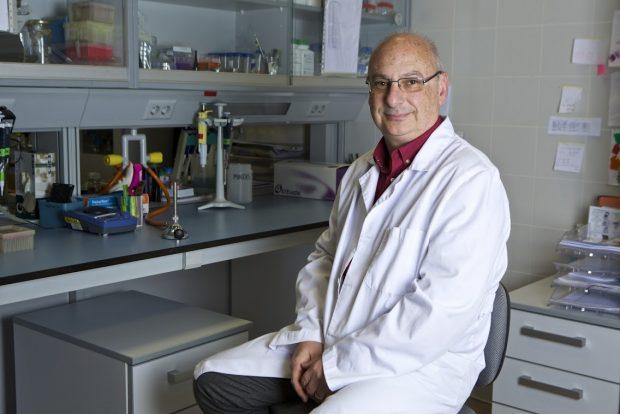 Francisco Martínez Mojica, en su laboratorio de la Universidad de Alicante. Imagen de Roberto Ruiz / Universidad de Alicante.