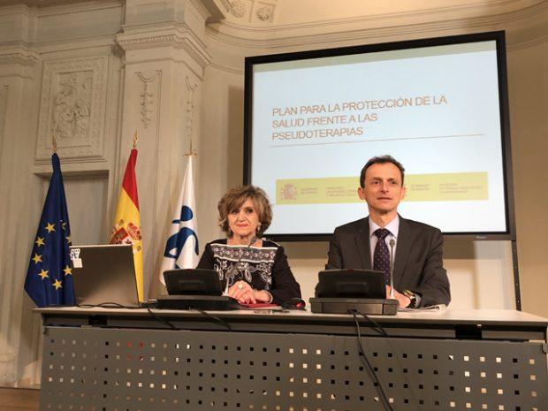 La ministra de Sanidad, María Luisa Carcedo, y el ministro de Ciencia, Pedro Duque, presentando el Plan de Protección de la Salud frente a las Pseudoterapias el pasado 14 de noviembre. Imagen del Ministerio de Ciencia.