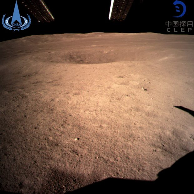 Primera imagen de la superficie lunar enviada por la sonda china Chang'e 4. Imagen de CNSA.