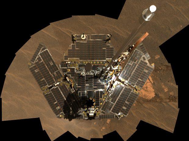 Autorretrato del rover Opportunity (mosaico de varias imágenes) con sus paneles solares limpios tras un viento favorable. Imagen de NASA / JPL-Caltech.