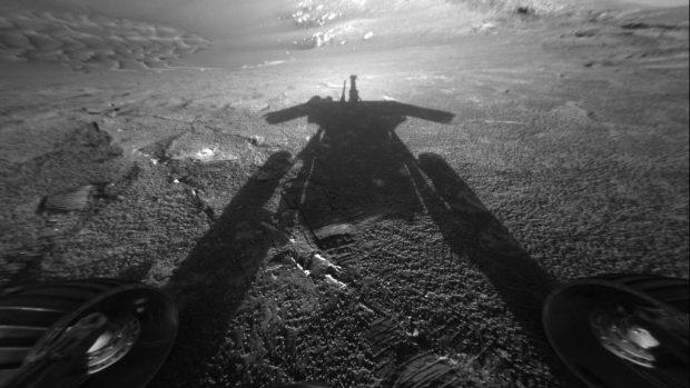 La sombra del Opportunity, capturada por el rover en 2004. Imagen de NASA/JPL-Caltech.