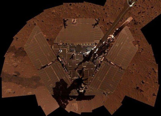 Autorretrato del rover Spirit (mosaico de varias imágenes) con sus paneles solares cubiertos de polvo. Imagen de NASA / JPL-Caltech.