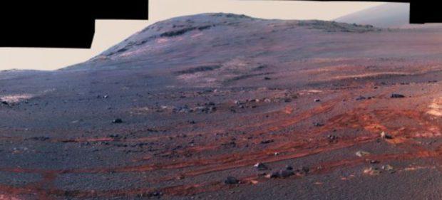Recorte del último panorama capturado por el Opportunity. La elevación es el borde del cráter Endeavour, y bajo él se aprecian las huellas del propio rover. Imagen de NASA/JPL-Caltech/Cornell/ASU.